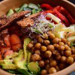 Frisse salade met krokante tempeh