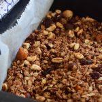 Chocolade granola met gedroogd fruit