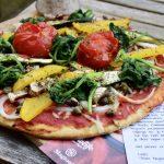 Courgettebodem pizza met groenten en vegan kaas